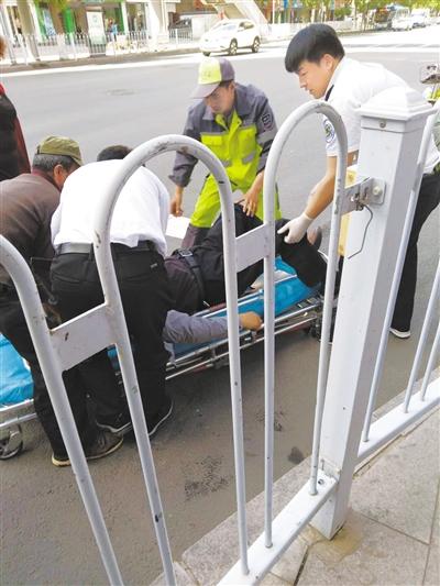 兰州:路人突发疾病晕倒 环卫工人告急施救