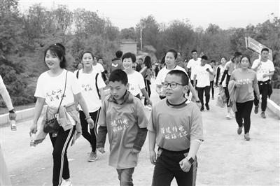 2000名徒步爱好者相聚天水激情开步(图)