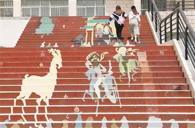 """兰州城市学院:""""九色鹿""""跃动台阶 井盖上""""飞天曼舞"""""""