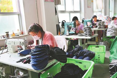 铺就特征增收路——临夏县开展布鞋财产助力精准脱贫见闻