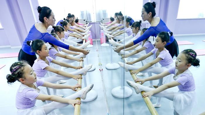 甘肃张掖:传统裕固族歌舞润童心