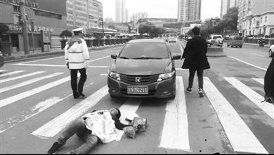 兰州:行人遇车祸受伤 交警脱下制服为其保暖