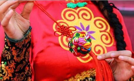 """甘肃庆阳民众""""回归传统"""":从烧香祈福到品味民俗"""