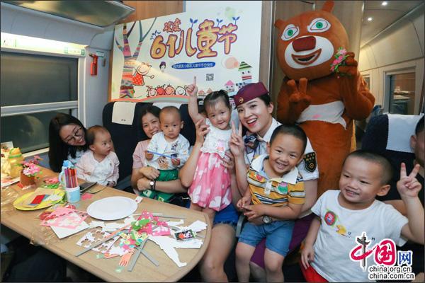 重庆客运段:与儿童旅客共庆六一 打造多彩旅程