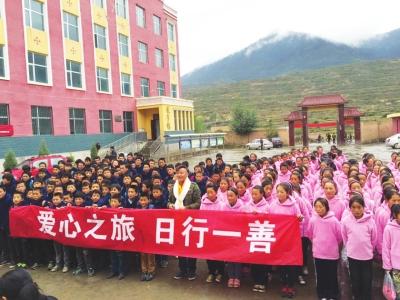 兰州小伙武国强为100名乡村孩子送去儿童节礼物