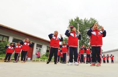 """38名贫困学生穿上新校服 西北师大圆了礼县麻元小学孩子们的""""梦"""""""