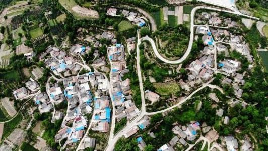 """航拍镜头下的甘肃东南部山区农村""""天路"""""""