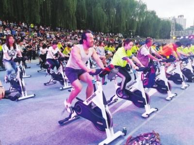 兰州:百人酷骑动感单车 点燃市民热情