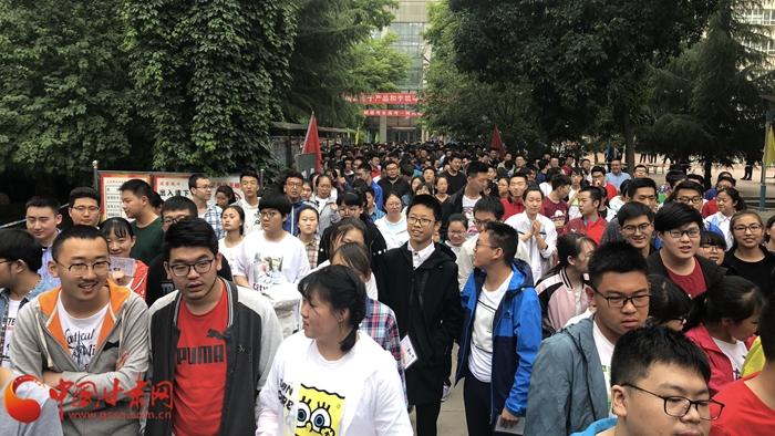 高考第一天  中国甘肃网记者带您直击兰州部分考点(组图)