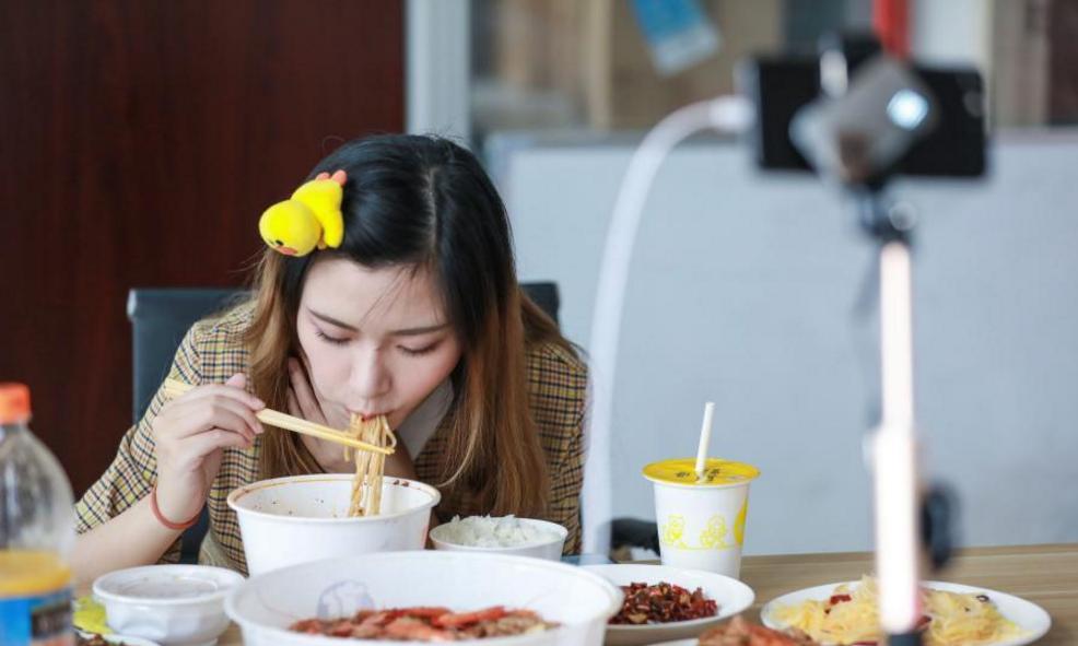 只是比普通人能吃一点点?美女一顿吃8斤炒饭