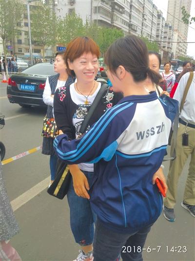 兰州:考生考场外临阵磨刀 老师耐心解答送祝福