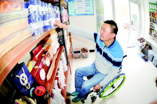 【我奋斗 我幸福】严峰:在轮椅上绽放的璀璨青春(图)