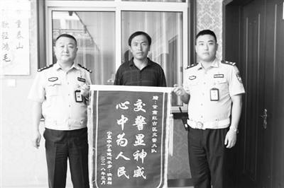 处理事故帮忙讨回10万元债务 宁夏司机送来锦旗感谢红古交警