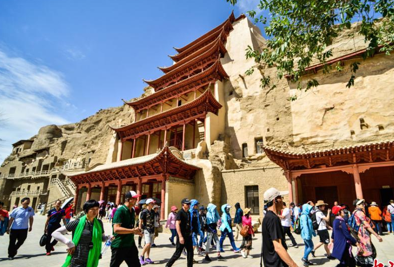 甘肃敦煌端午小长假迎旅游高峰 逾12万人畅游大漠