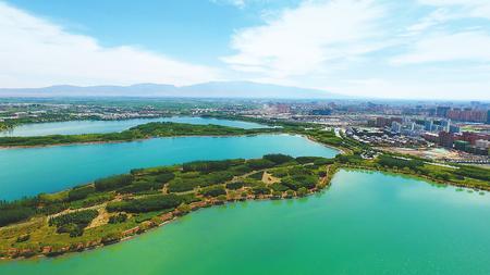 盛夏时节 张掖国家湿地公园蓝天碧水 景色怡人