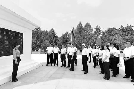 南梁革命纪念馆参观者络绎不绝