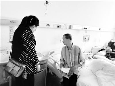 兰州:特困老人病情加重 志愿者紧急陪护就医