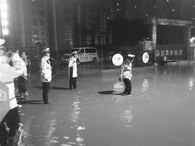 兰州青白石暴雨引发泥石流 交警紧急救助