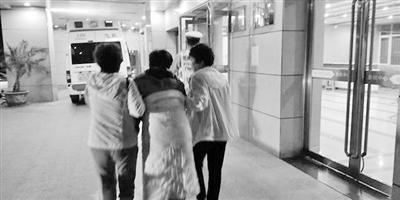兰州:凌晨执勤遇重病患者求助 交警驾警车及时送达医院