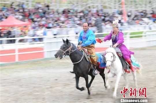 ca88亚洲城文娱手机阿克塞展传统竞技:骆驼竞走 叼羊 密斯追(组图)