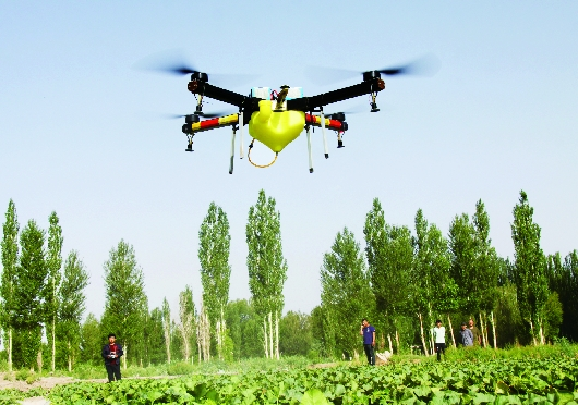【壮阔东方潮 奋进新时代】酒泉瓜州县用无人机喷洒农药(图)