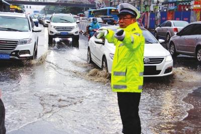 兰州:排查隐患加强疏导 交警雨天执勤保安全