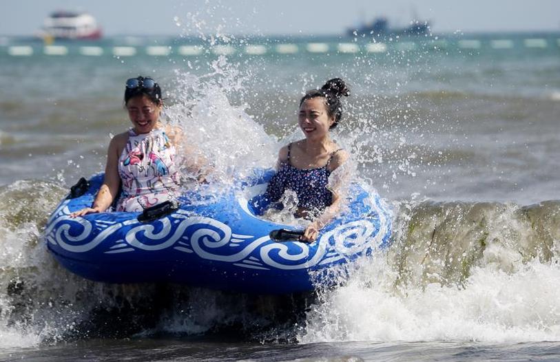 青岛:海滨冲浪享清凉