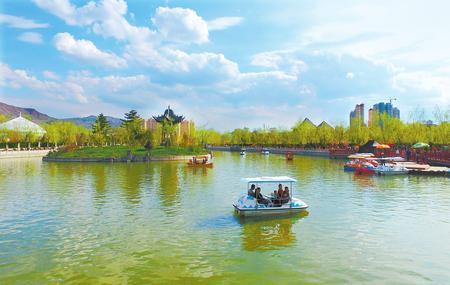 盛夏时节 临夏市东郊公园成为人们休闲娱乐的好去处
