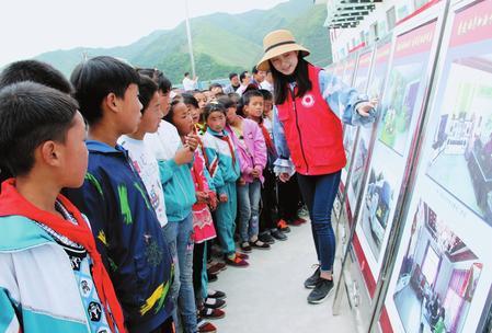 """定西岷县举办了非物质文化遗产及摄影图片""""五进""""巡展活动"""