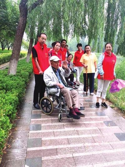 兰州:志愿者陪空巢老人逛公园(图)