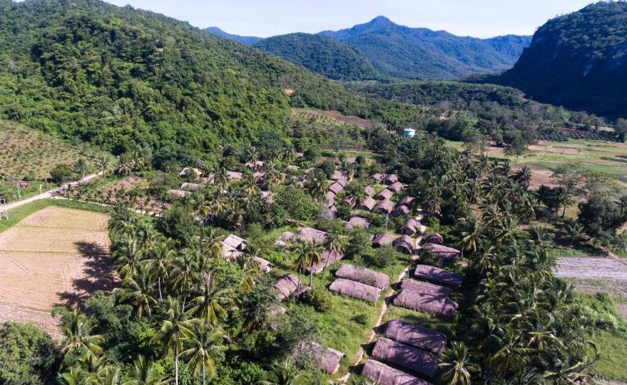探访海南黎族传统民居船型屋