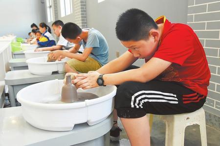 白银市平川区青少年在陶吧体验制陶工艺(图)