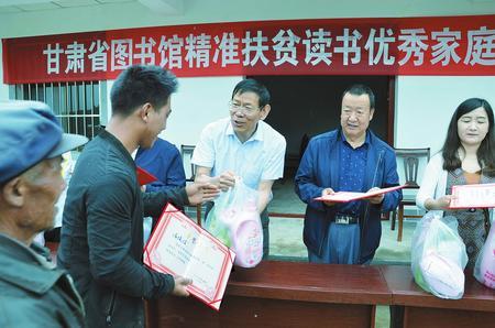 甘肃省图书馆工作人员深入宕昌县组织学生开展少儿刮画比赛