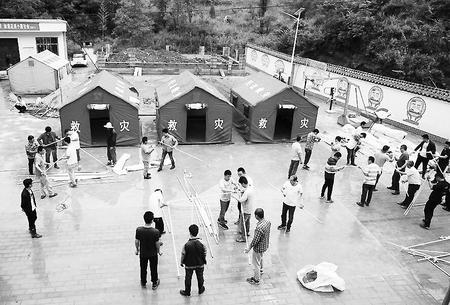 陇南市成县鸡峰镇西山村闫坪社群众在临时安置点搭建帐篷