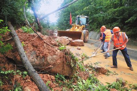 陇南成县小川镇新兴村村民抢修水毁的通村道路