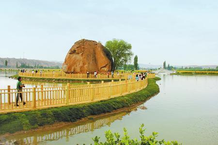 """白银市靖远县糜滩镇""""水韵独石""""吸引众多游客前来游玩"""