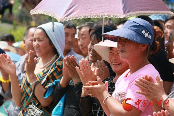 """十九大精神进社区丨惠民演出给马峡村民带来好""""福气""""(图)"""