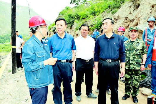 李斌、俞成辉赴南峪乡江顶崖现场指挥防汛抢险工作