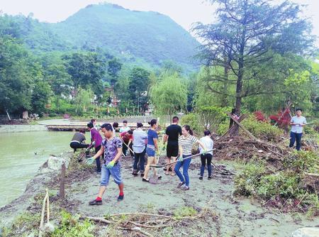 陇南康县花桥旅游协会组织开展灾后景区清理