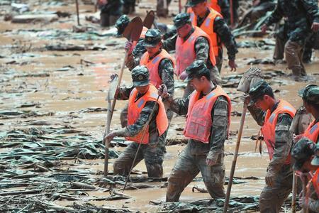 武警临夏支队官兵在东乡族自治县达板镇崔家村抢险救灾