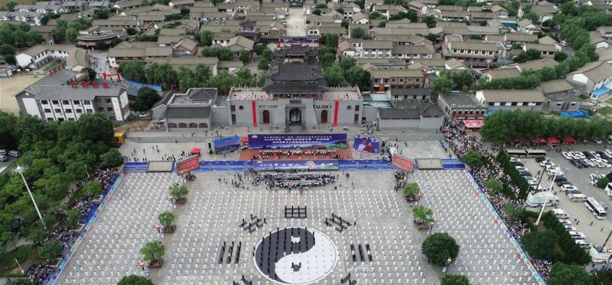 甘肃平凉:古镇上演万人太极拳表演(高清组图)