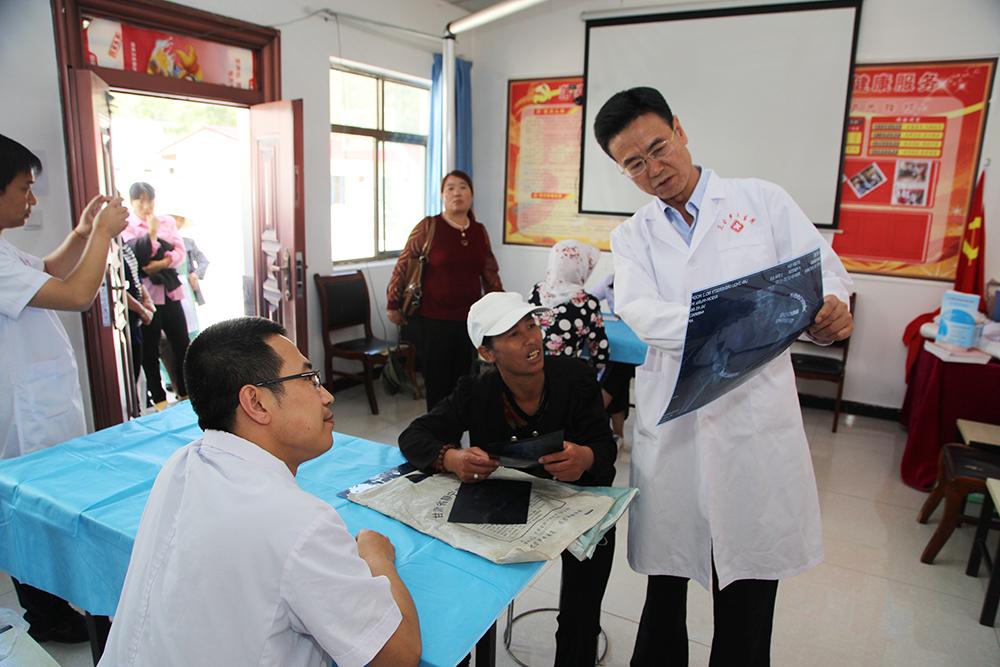 兰大二院专家团队赴静宁县三合乡开展义诊活动