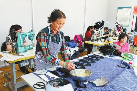 临夏县建成布鞋加工培训基地(图)