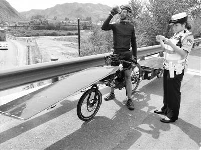 法国友人骑车误闯高速 龙泉高速民警引导驶入国道