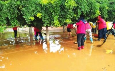 洪水渐退 兰州黄河风情线沿线进行清淤