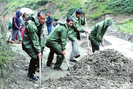受强降雨影响 定西岷县中寨镇组织党员、群众排除隐患 疏通道路