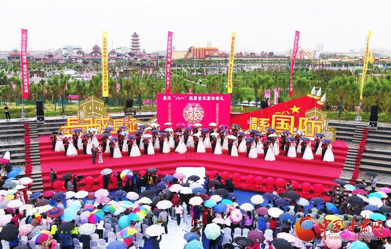 """嘉峪关举办官兵集体婚礼 46对新人浪漫庆""""八一"""""""