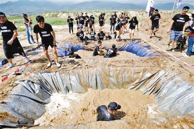 中国泥浆勇士障碍挑战赛昨在兰开赛(图)