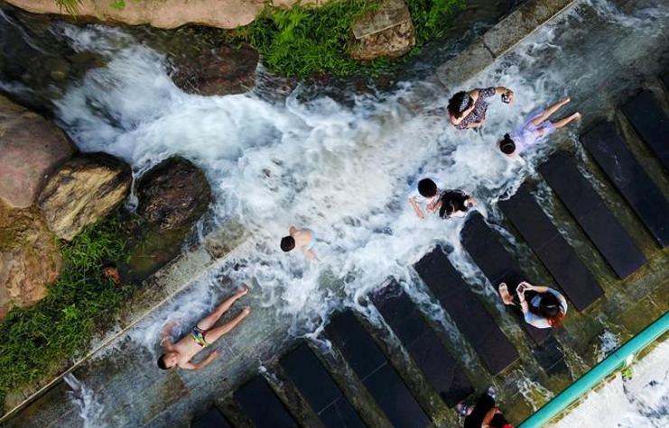 广西柳州:城市瀑布夏日送清凉