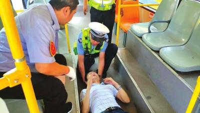 兰州:乘客晕倒车厢交警紧急相助